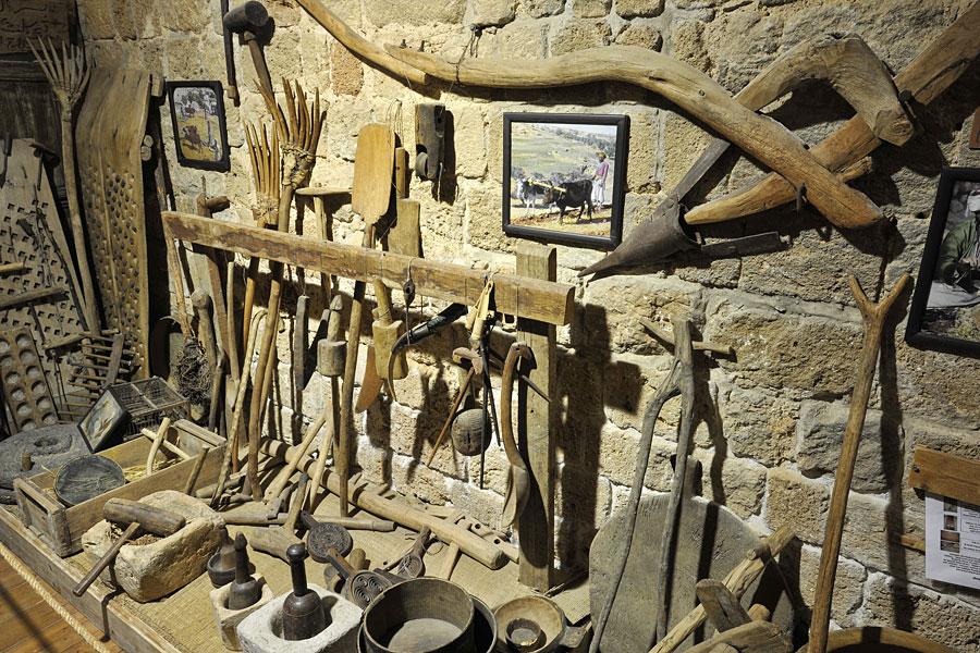 """Gerätschaften unter anderem für die Landwirtschaft im Museum """"Schätze in der Mauer"""" in Akko."""
