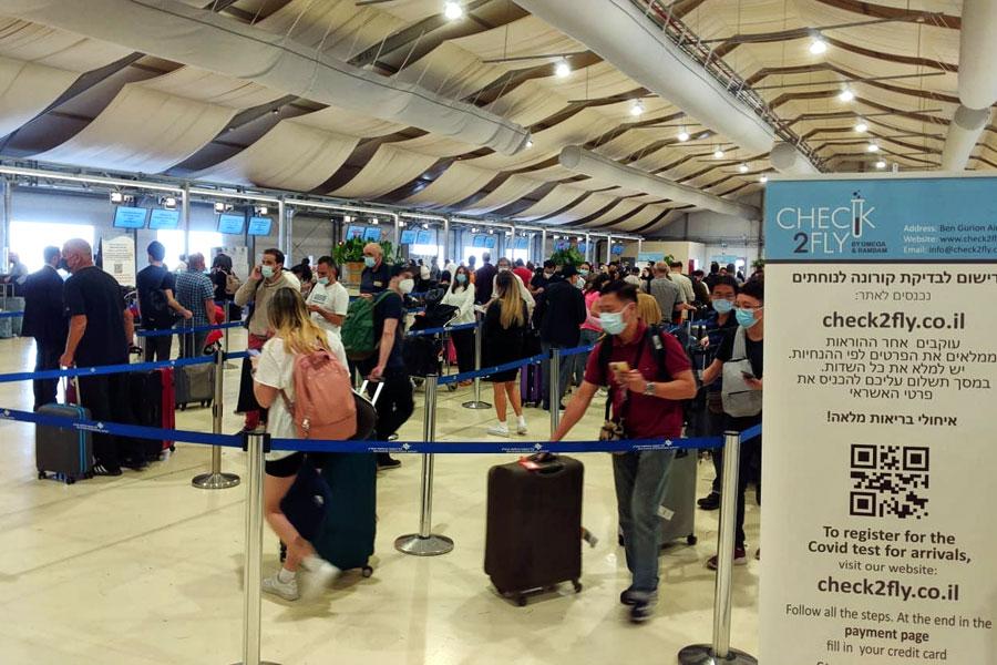 Anstehen zum PCR-Test am Flughafen Ben Gurion.